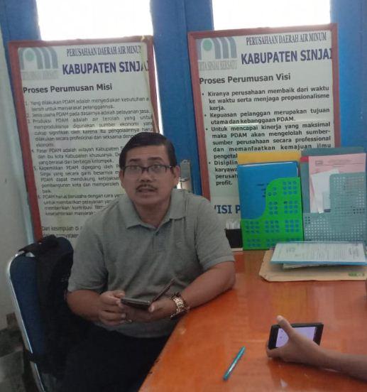 Direktur PDAM Sinjai saat dimintai Klarifikasi pipa yang dipasang secara amburadul